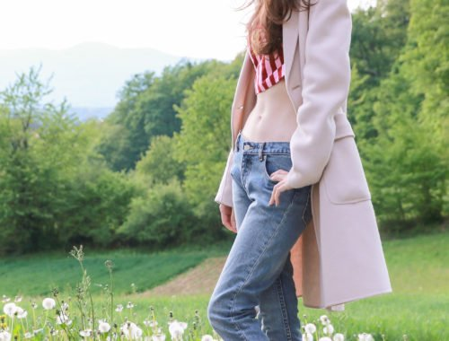 Fashion blogger Veronika Lipar of Brunette From Wall Street sharing how to look sexy in mom jeans
