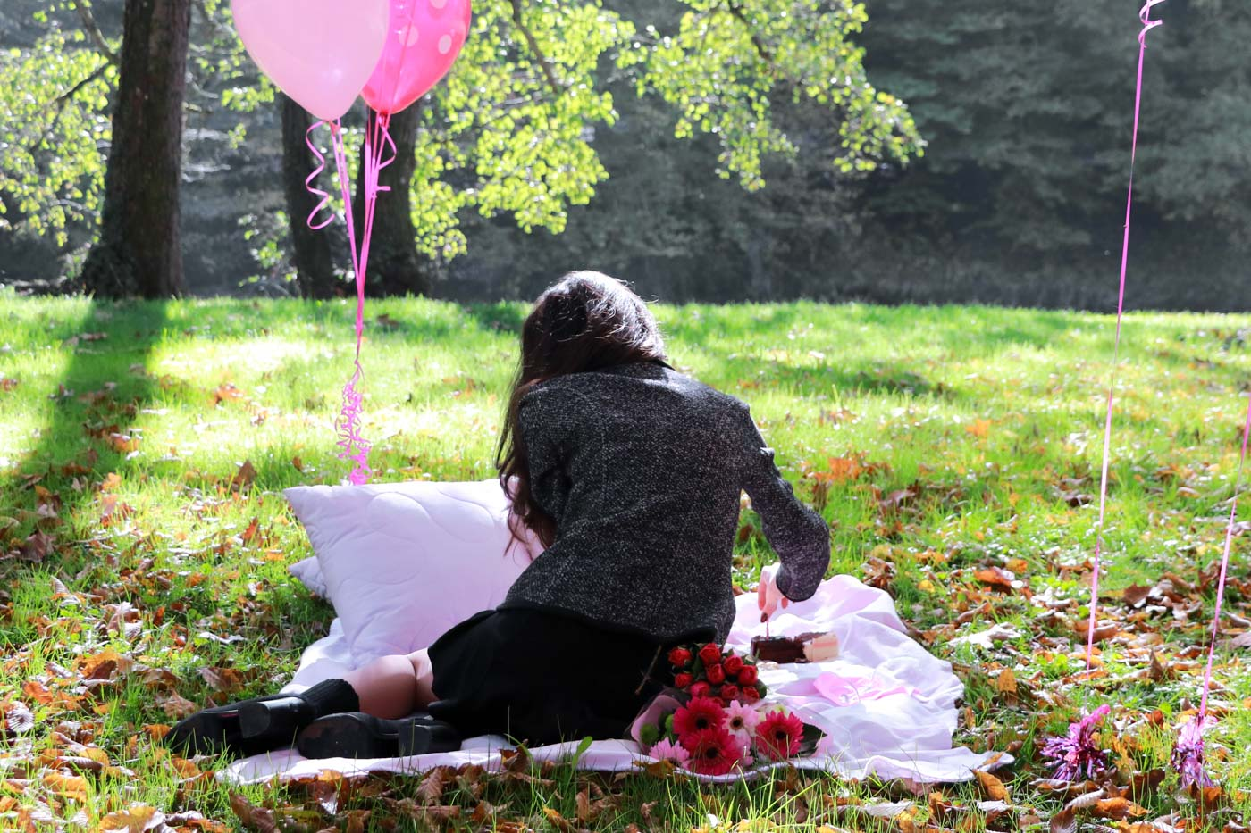 Fashion Blogger Veronika Lipar of Brunette from Wall Street celebrating her birthday on an autumnal picnic