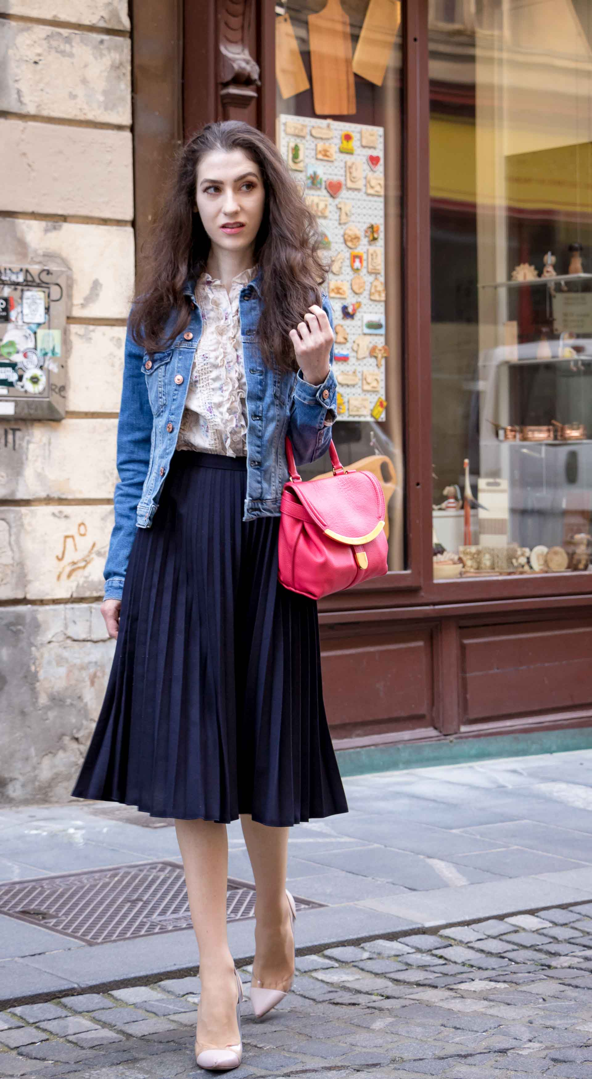 Veronika Lipar Fashion Blogger of Brunette from Wall Street wearing H&M denim jacket, floral blouse, midi pleated skirt, Gianvito Rossi plexi pumps, pink top handle bag for brunch
