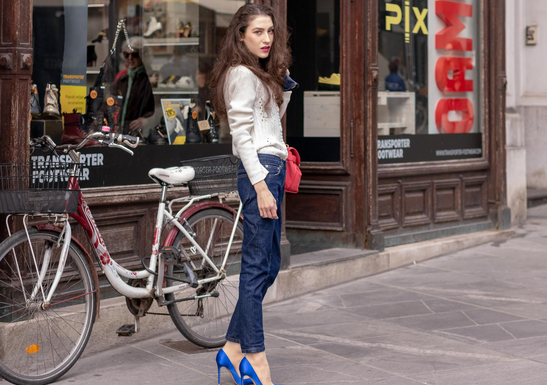 Beautiful Slovenian Fashion Blogger Veronika Lipar of Brunette from Wall dressed in white Mango cardigan tucked into dark blue denim jeans from a.p.c., blue Gianvito Rossi pumps, pink top handle bag in fall