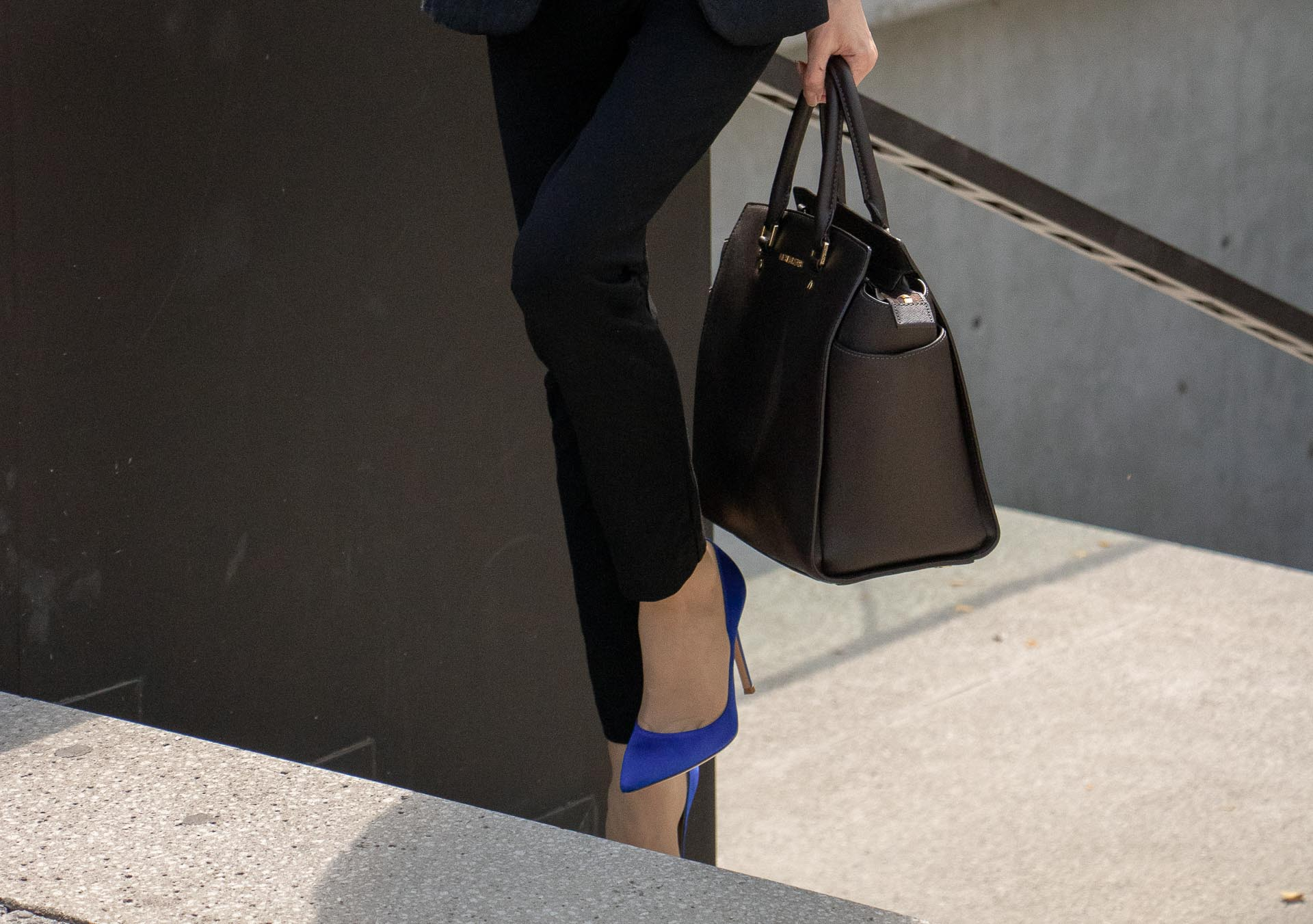 Beautiful Slovenian Fashion Blogger Veronika Lipar of Brunette from Wall dressed in black pantsuit, brown Michael Kors selma top handle tote bag, Gianvito Rossi blue satin courts for work in fall