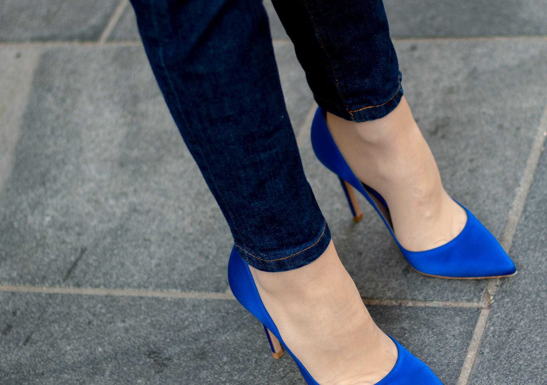 Brunette from Wall Street denim jeans Gianvito Rossi blue pumps