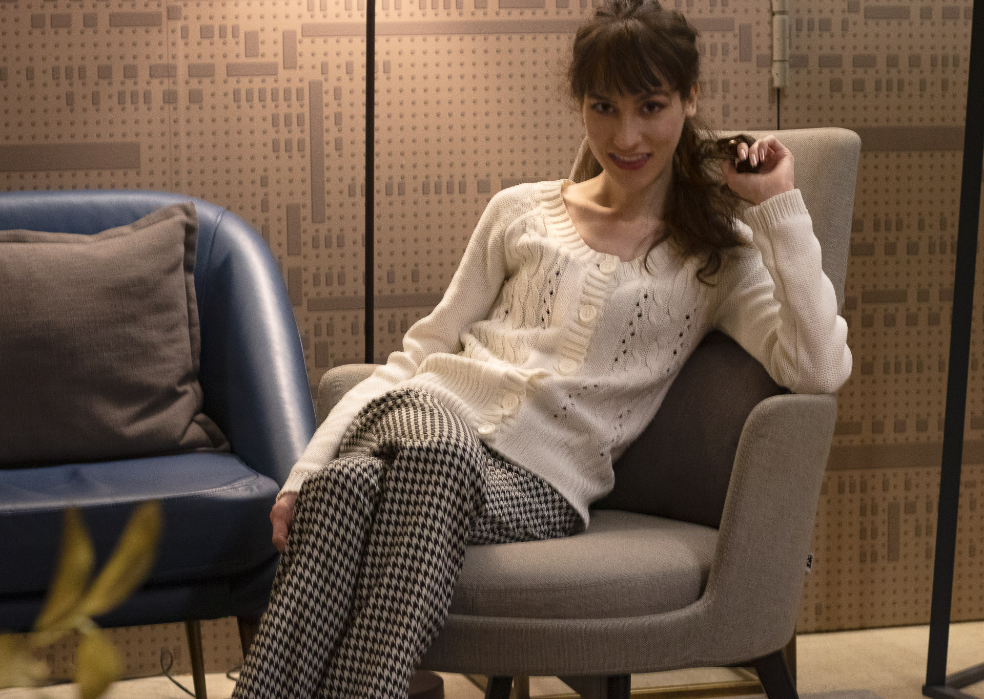Veronika Lipar Fashion Blogger of Brunette from Wall Street wearing white cardigan with houndstooth wool pants for Thanksgiving Day Dinner party at home