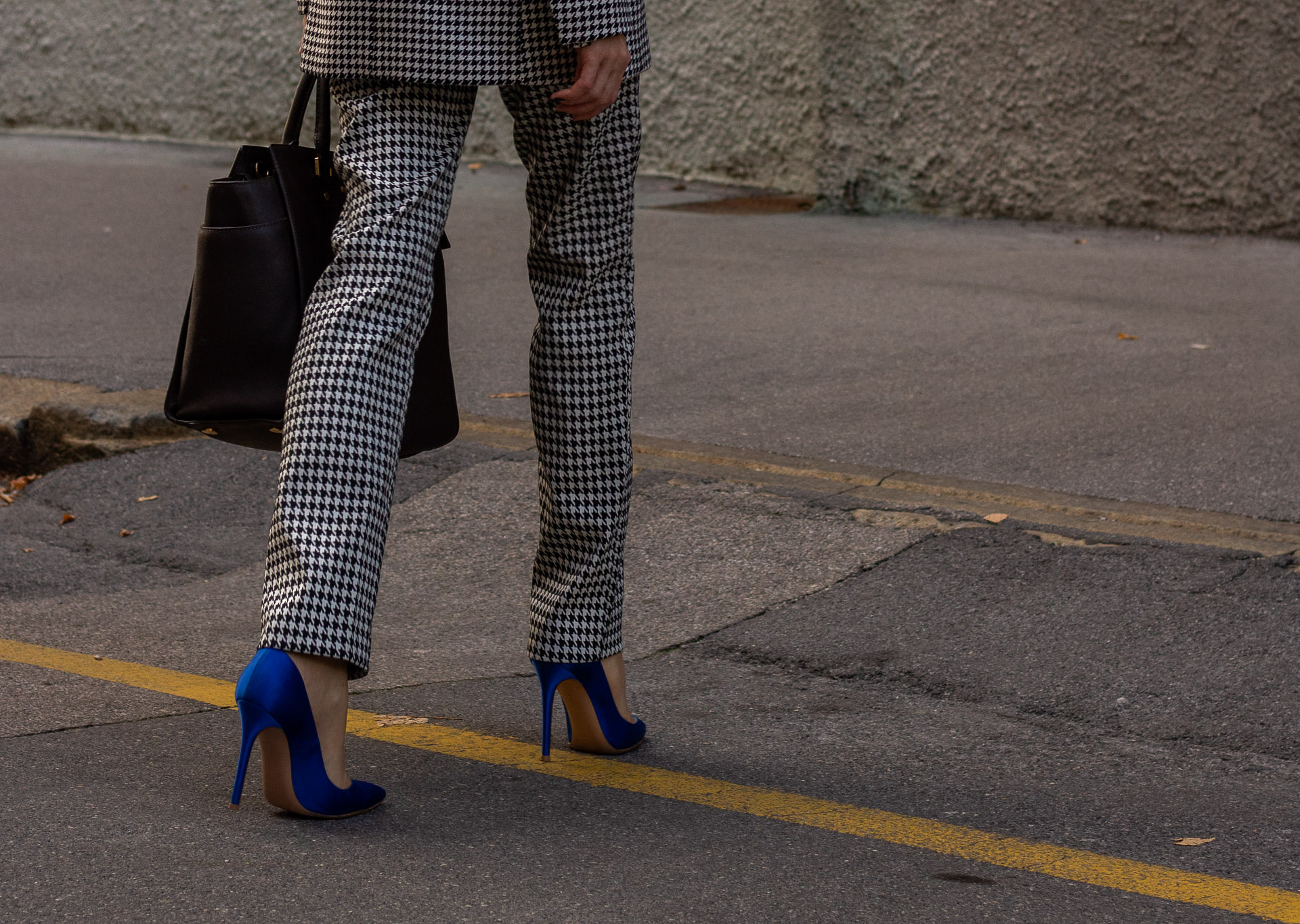 Fashion blogger Veronika Lipar of Brunette from Wall Street dressed in houndstooth pants Michael Kors Selma bag blue Gianvito Rossi court shoes for work in fall