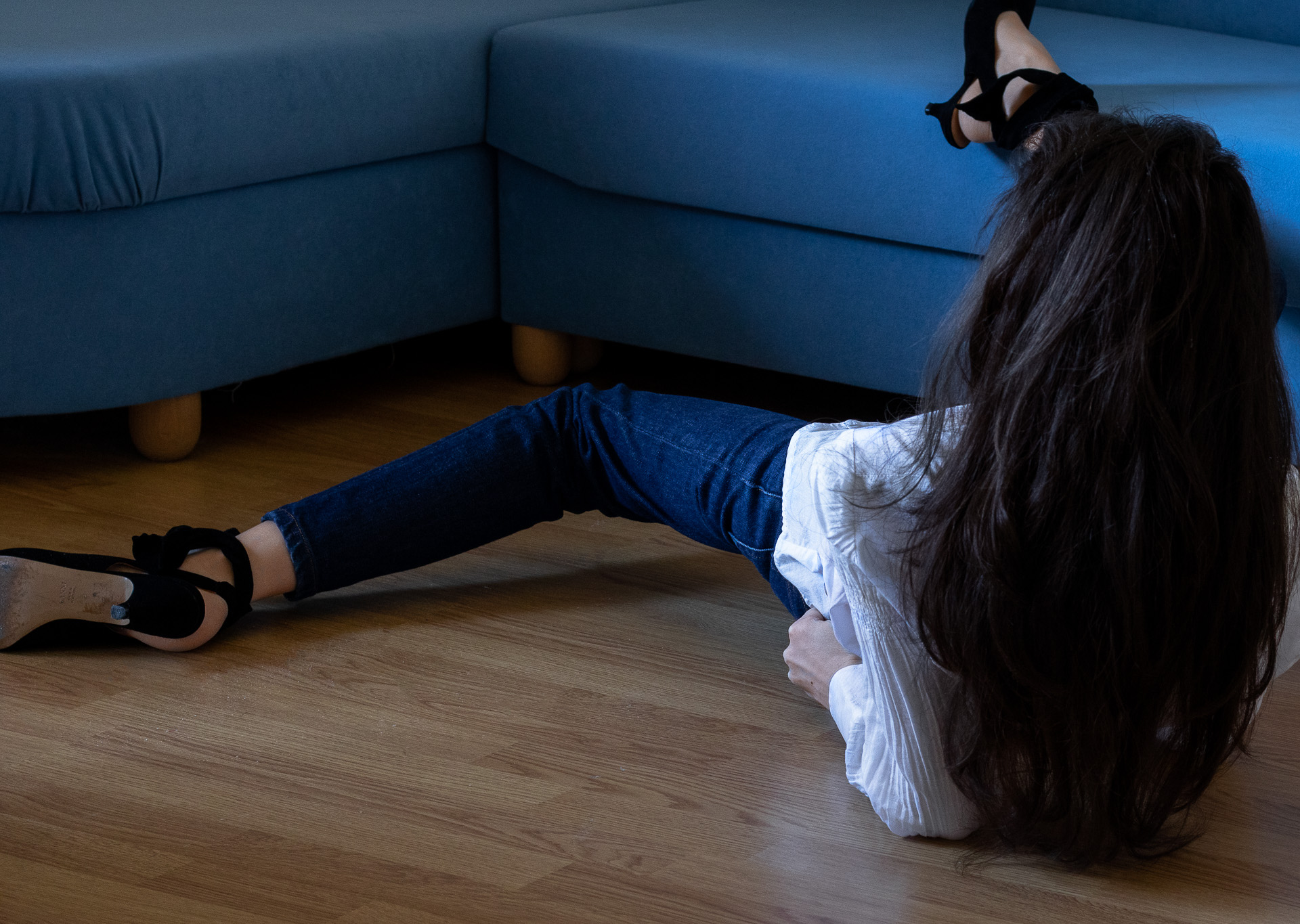 Fashion blogger Veronika Lipar of Brunette from Wall Street wearing ruffled white blouse dark blue A.P.C. Paris jeans Ganni black Sabine pumps pearl hair pin streching on the floor